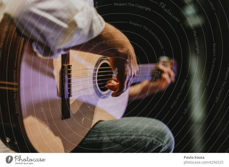 Nahaufnahme Hand spielt Gitarre Gitarrenspieler Gitarrensaite Musik Musiker Musikinstrument Gitarrenhals Ton Farbfoto akustisch Freizeit & Hobby musizieren