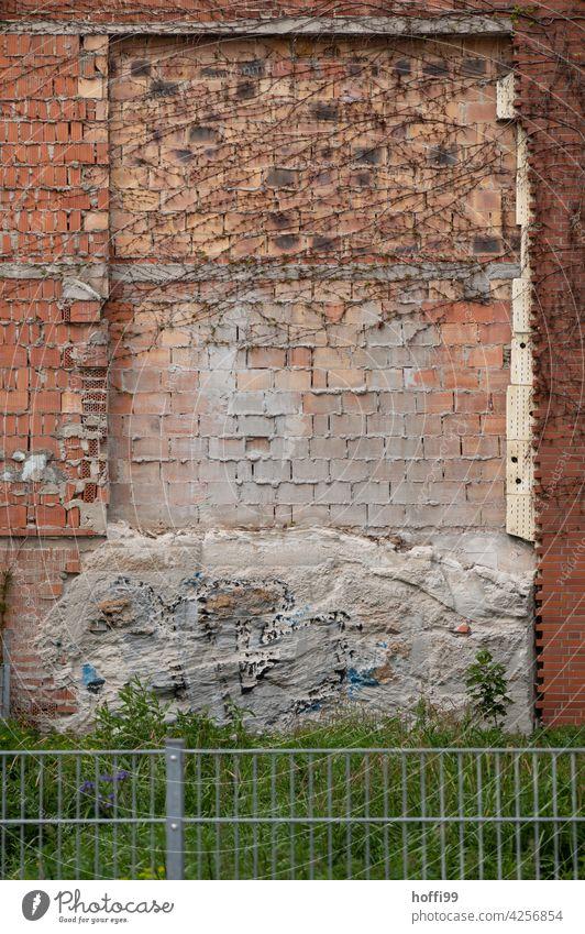 das Fenster ist zugemauert zugemauerte Fenster Zugemauerte Öffnung Baustelle verfallenes Gebäude Fassade alt Verfall Vergänglichkeit Ruine Zerstörung Renovieren