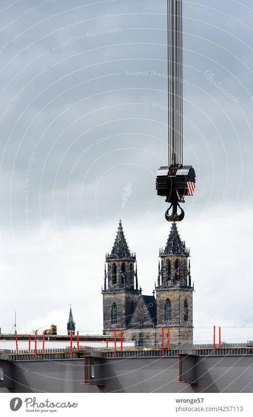 Den Magdeburger Dom an den Haken nehmen Domtürme Kranhaken versetzen anhängen Farbfoto Sehenswürdigkeit Außenaufnahme Wahrzeichen Menschenleer Stadtzentrum
