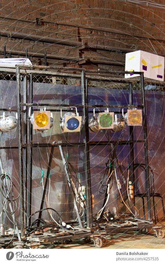 hinter den Kulissen alte Lampen und Soffitten in der Dämmerungsbeleuchtung Backstage Theater Musik hinten Szenen Schauplatz System mechanisch Kunst Hintergrund