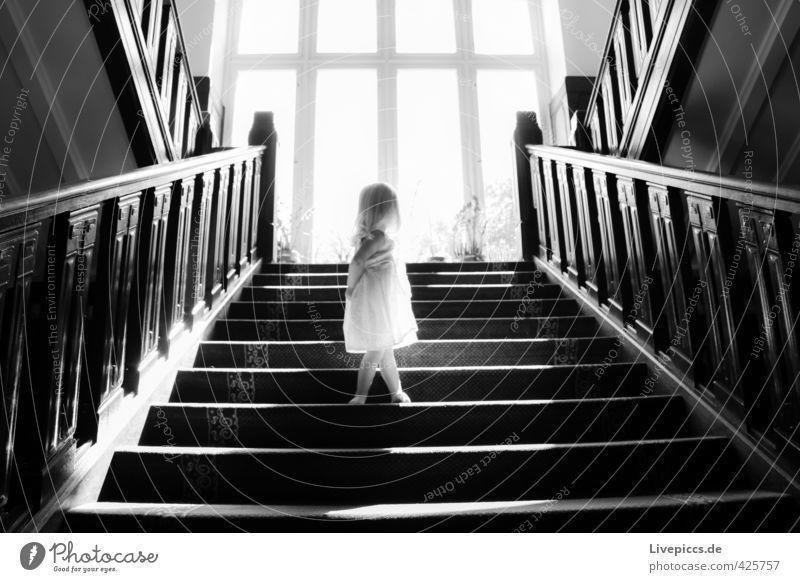 auf der Treppe Mensch Kind weiß Sommer Sonne Mädchen ruhig schwarz Fenster feminin Holz Körper Treppe Glas leuchten stehen