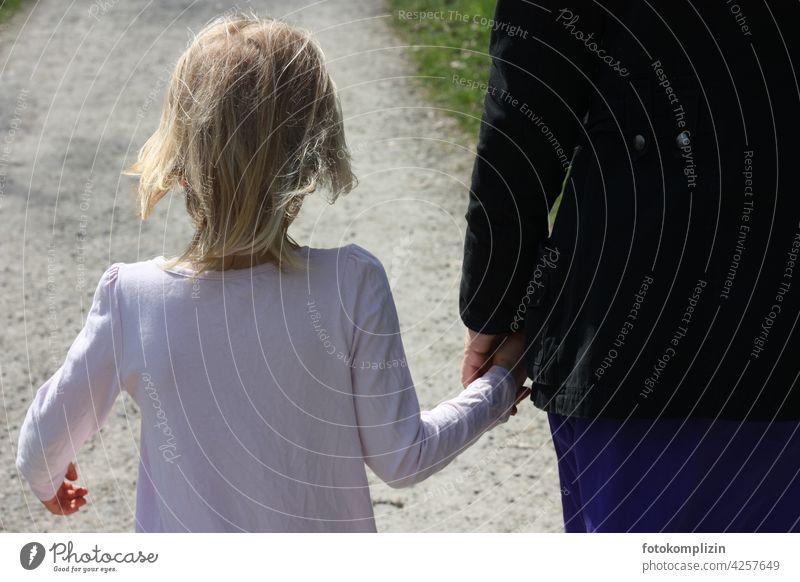 Kind an der Hand der Mutter Mutter mit Kind Kindheit Zusammensein Familie & Verwandtschaft Zusammengehörigkeitsgefühl Eltern gehen gemeinsam gemeinsam erleben