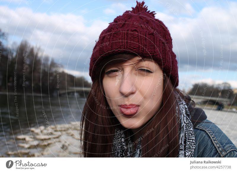 Junge Frau mit Mütze streckt die Zunge raus Herbst kalt Mensch Außenaufnahme Erwachsene Porträt 1 Winter feminin Tag Jugendliche 18-30 Jahre schön