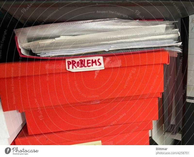 Probleme in Kisten Aktenordner rot Ablage Ordnung Büroarbeit