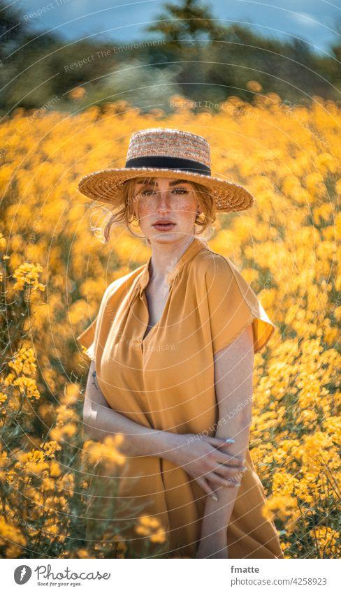 Frau mit Strohhut im Rapsfeld Rapsblüte gelb Sommer Sommersprossen beauty in nature Schönheit Natur Pflanze Rapsanbau Blühend Wachstum schöne frau