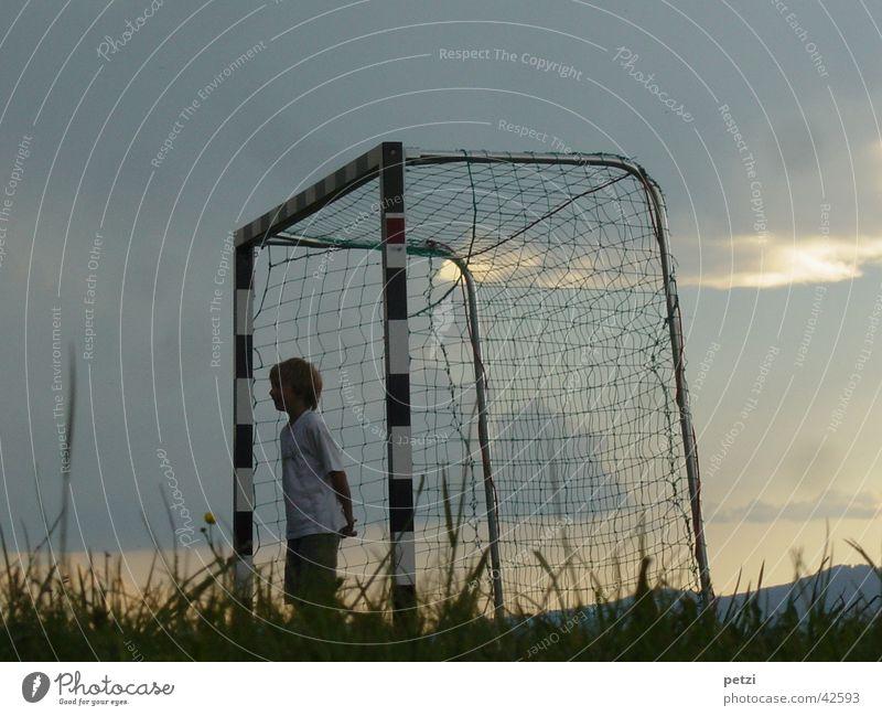 Ich warte, wo ist der Ball? Sport Fußball Himmel Wolken Gras Wiese Tor Netz Einsamkeit Stab rot-weiß Abenddämmerung Sonnenuntergang Tormann Farbfoto