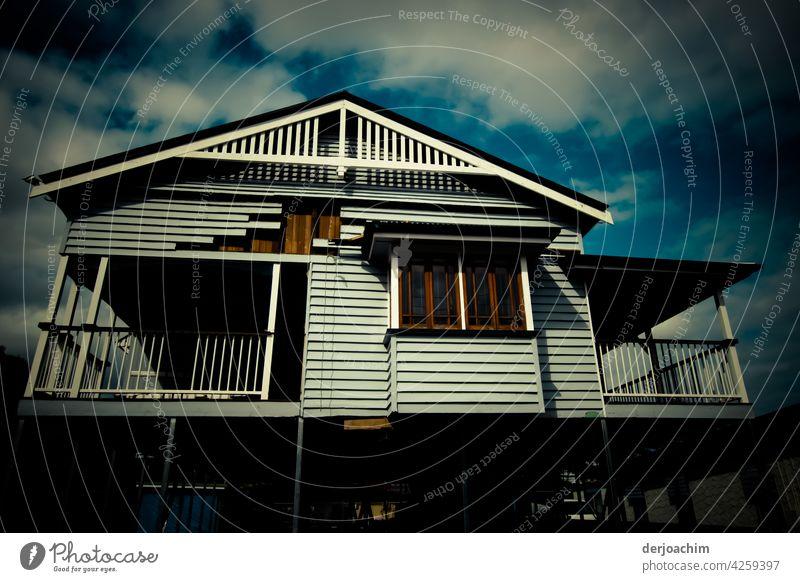 Altes Queensland Haus auf Stelzen , wird renoviert. Architektur Gebäude Himmel Außenaufnahme Farbfoto Menschenleer Bauwerk Tag Fassade Stadt Fenster