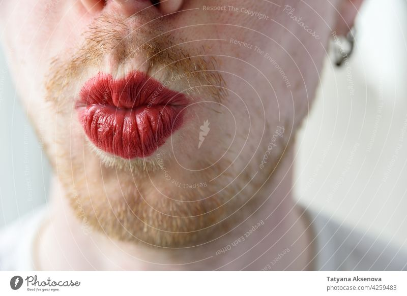 Bärtiger Mann mit rotem Lippenstift Vollbart Schminke Gesicht schwul Homosexualität lgbtqia männlich trans Person Porträt Erwachsener Mund Transgender Kaukasier