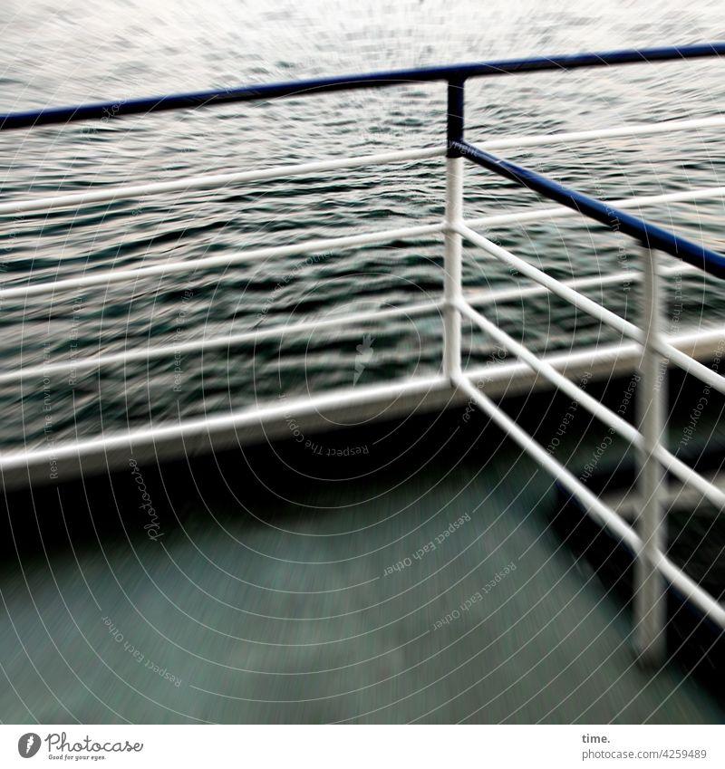 Wind über Deck   Geschichten vom Zaun (100) Schiffsdeck wasser fahren geschwindigkeit bewegung boot Geländer metall zaun grün sicherheit schutz reisen wellen