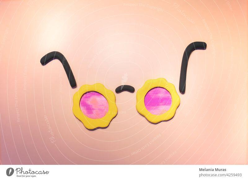 Mockup der Sommer-Sonnenbrille. Sommerurlaub Konzept, funky Stil, Blumenform, Optimismus Konzept. Urlaub Symbol, flach legen. Accessoire Hintergrund Strand hell