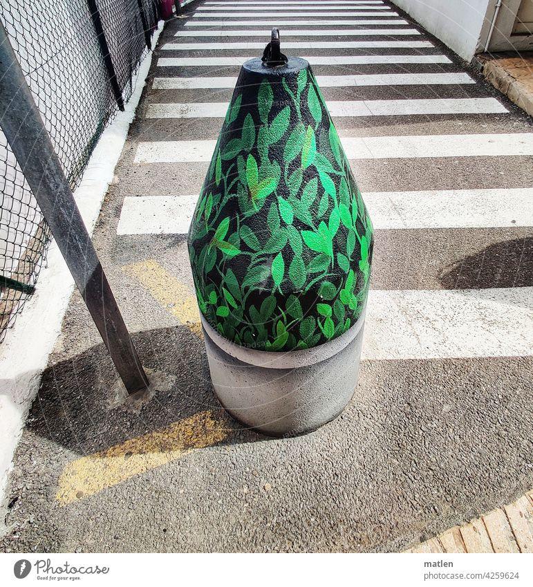 Zeitgeistpoller Poller grün bemalt Blätter Strassenverkehr Überweg Beton Zaun Verkehrsleiteinrichtung Verkehrswege Straße Menschenleer Außenaufnahme Stadt