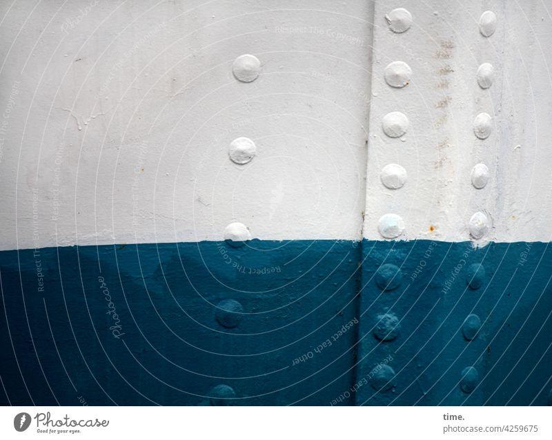maritime Bezugspunkte bootswand schiff stahl niete farbe blau weiß detail schwimmen vergänglichkeit sicherheit schutz