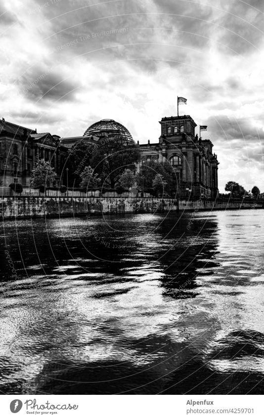 Reichsabend Reichstag Gebäude Architektur Berlin Hauptstadt Wahrzeichen Tourismus Berlin-Mitte Stadtzentrum Bauwerk Sightseeing Großstadt bundestag Parlament