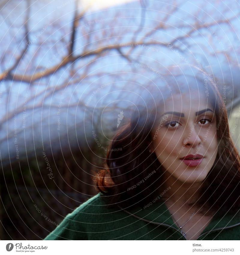 Estila frau portrait blick feminin skeptisch langhaarig dunkelhaarig ast baum lichteffekt prüfend nachdenklich