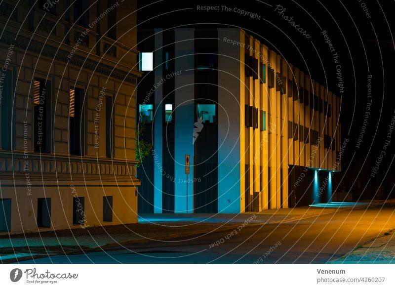 Nachts auf der Straße, Polizeistation in der Kleinstadt Luckenwalde in Deutschland nachts Straßen Gebäude Baum Bäume Teltow-Fläming Straßenbelag Bürgersteig