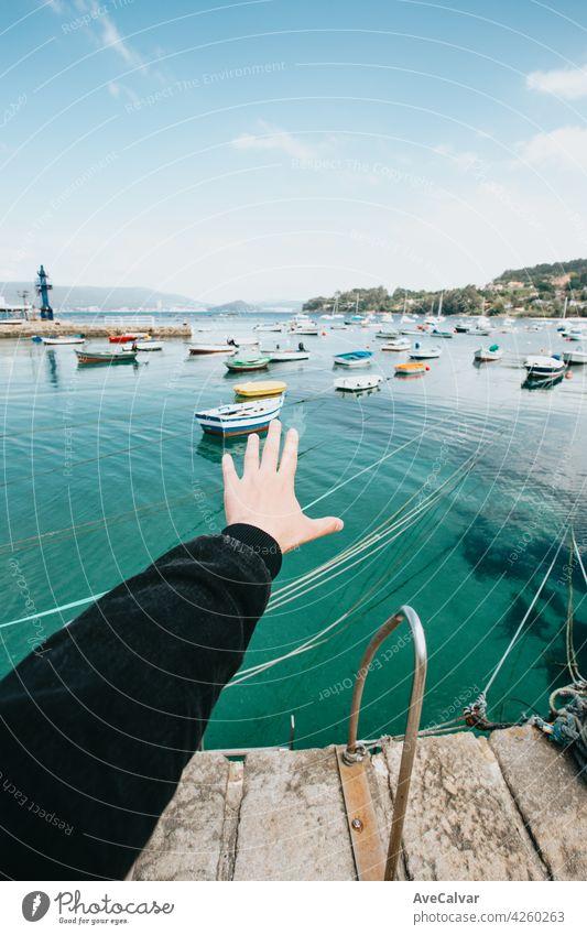 Bootsanleger während eines sonnigen Tages Tapete mit Kopierraum während eines super sonnigen Tages Jacht Reichtum Schiff Meer Motor Kreuzfahrt weiß Missbrauch