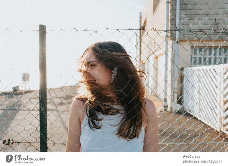 Junge Frau mit langen Haaren bewegt sein Haar während eines Sonnenuntergangs mit Freiheit und Freiheit Konzept und psychische Gesundheit mit Kopie Raum Model