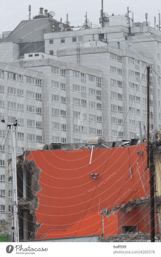 Abrissgebäude vor tristem Wohnblock Ruine Vergänglichkeit Zerstörung kaputt Verfall abrissreif Fassade rückbau Architektur urban Wandel & Veränderung Demontage