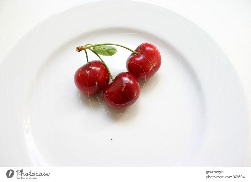 rote Kirschen Teller weiß süß Ernährung cherry Frucht Makroaufnahme