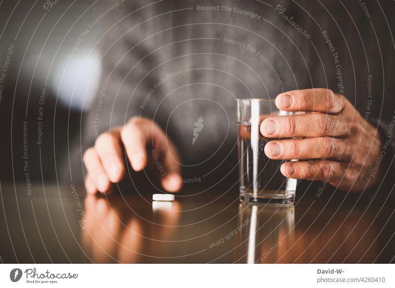 Mann nimmt Medikamente Tablette Krankheit krank Behandlung Gesundheitswesen Hand einnehmen Medizin