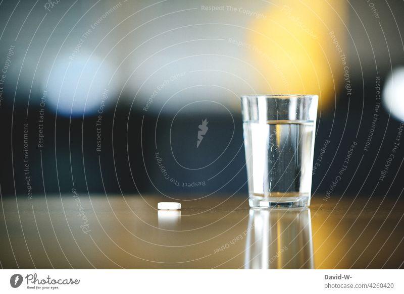 Medikament / Tablette und Wasserglas auf einem Tisch Krankheit arzneimittel Medizin krank Gesundheit Behandlung Gesundheitswesen Sucht suchtgefahr Tabletten