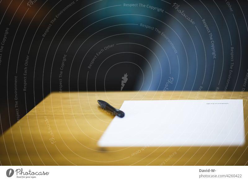 Stift und Zettel auf einem Tisch - Unterschrift Dokument Vertrag unterzeichnen Papier Entscheidung Bindung Schreiben abkommen