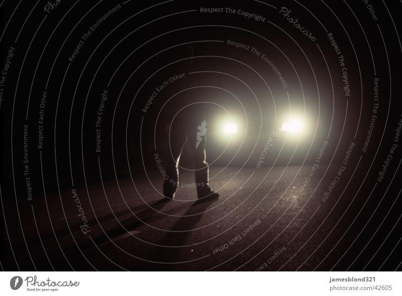 Stranger in the Night... dunkel gefährlich Nacht Licht Verkehr Scheinwerfer Schatten PKW bedrohlich Straße