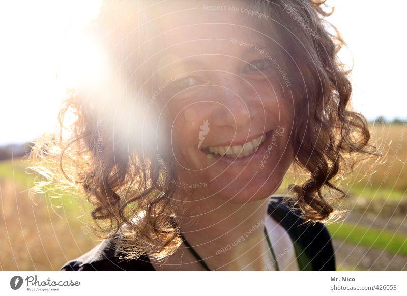 Nur einen Tag Lifestyle feminin Frau Erwachsene Haare & Frisuren Gesicht 1 Mensch 30-45 Jahre Umwelt Sommer Schönes Wetter Locken Lächeln leuchten frech