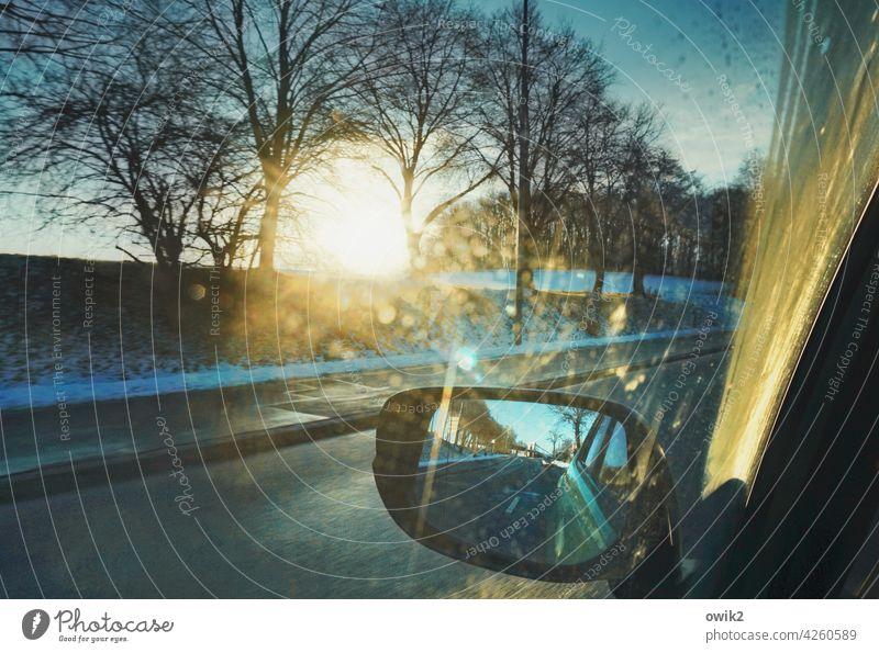Innehalten Blick nach draußen Rückspiegel Straßenverkehr geheimnisvoll Detailaufnahme Unschärfe im Hintergrund unterwegs Glasscheibe Fensterscheibe PKW Verkehr