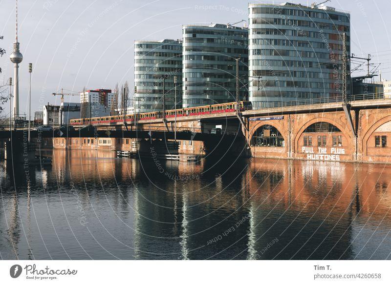 der Fernsehturm ,die Spree und die S Bahn Berlin SBahn train Berliner Fernsehturm Hauptstadt Wahrzeichen Sehenswürdigkeit Stadtzentrum Architektur Turm