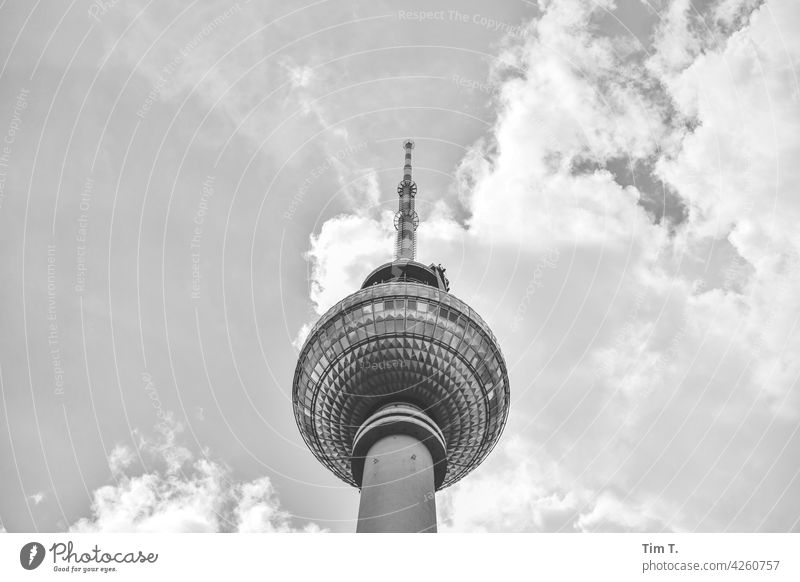 der Fernsehturm von unten Berlin Mitte s/w Himmel Wolken Hauptstadt Stadtzentrum Außenaufnahme Architektur Menschenleer Bauwerk Tag Berlin-Mitte Wahrzeichen