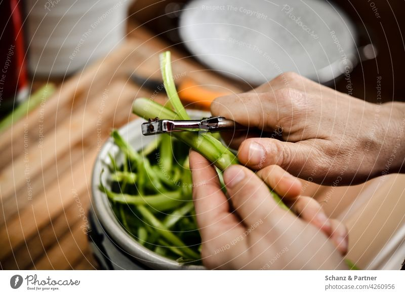 Grüner Spargel wird mit Sparschäler geschält Spargelzeit schälen Hand Händer Ernährung Gesunde Ernährung grün kochen Küche Vegetarische Ernährung Gemüse