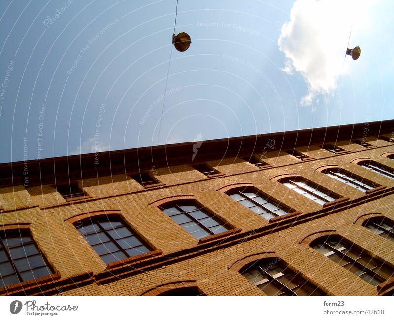 schräg Himmel blau Wolken Fenster Beleuchtung orange Architektur Ordnung