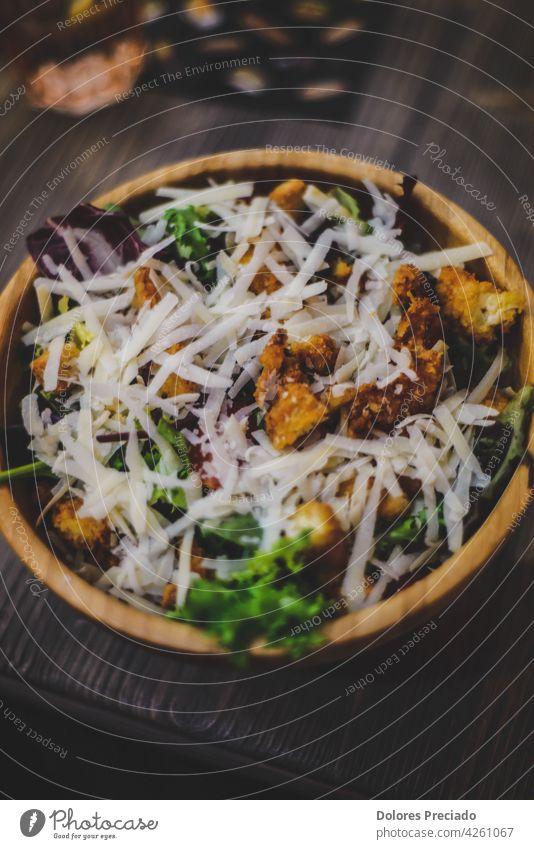 Hähnchen-Caesar-Salat mit Käse Amuse-Gueule appetitlich Hintergrund Frühstück Essen zubereiten Salatgurke Küche lecker Diät Abendessen Speise Feta Lebensmittel