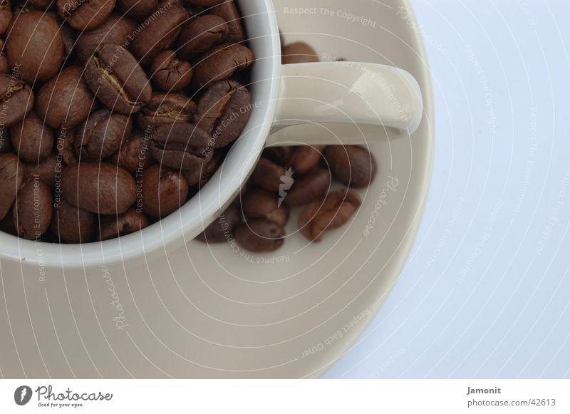 Unfertiger Espresso Kaffee Tasse Bohnen