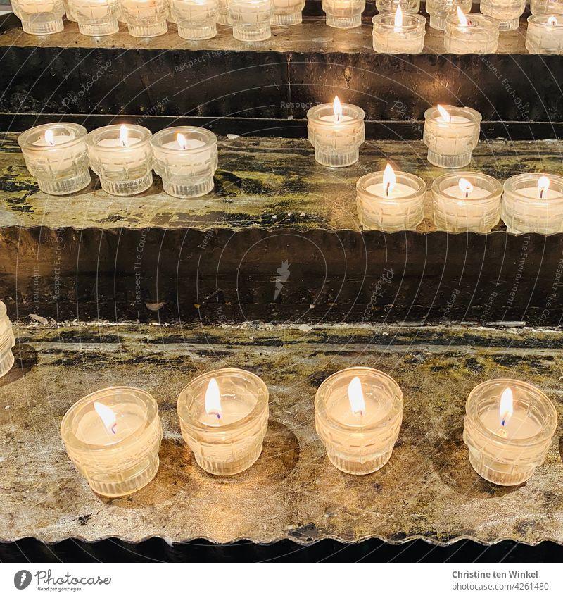 Opferkerzen ... Opferlichter Glaube Hoffnung Kerzenschein Gebet Trauer Religion brennende Kerzen erinnern ruhig Kapelle beten Spiritualität Ruhe Tod glauben