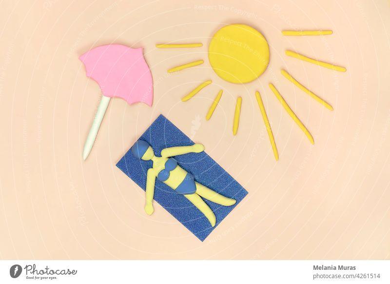 Frauen am Strand liegend unter rosa Sonnenschirm beim Sonnenbad im Bikini auf dem Handtuch. Ansicht von oben, künstliche Szene. Konzept des Sommerurlaubs.