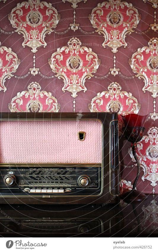 Dampfradio alt rot Wand Innenarchitektur Mauer Stil Lampe Musik Wohnung Freizeit & Hobby elegant Lifestyle Häusliches Leben Design Dekoration & Verzierung Zukunft