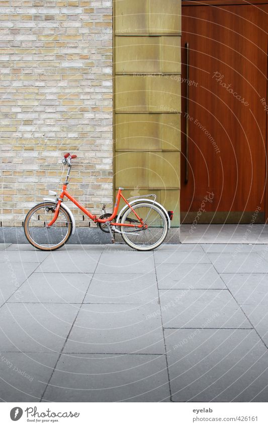 Mehr Spass ohne Sattel alt Stadt Einsamkeit Haus Wand Straße Sport Wege & Pfade Architektur Mauer Gebäude Stein Metall orange Fassade Tür