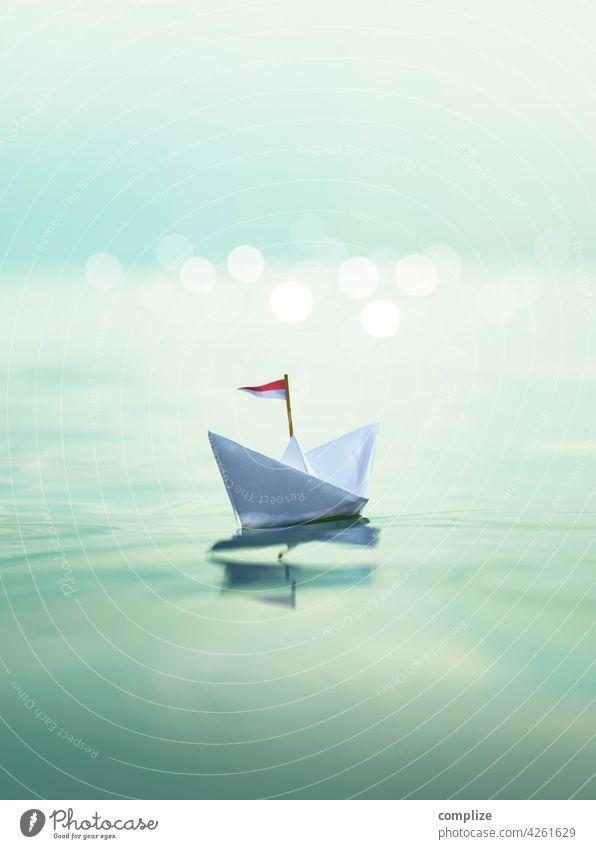 Papierschiff auf dem Meer Reise reisen Urlaubsstimmung Wellengang glizern schimmern Sonnenuntergang Bokeh Papierboot Passagierschiff Sommer Segeln Strand