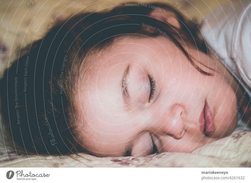 Nahaufnahme Seitenansicht eines kaukasischen kleinen Mädchens, das friedlich schläft Unschuld unschuldig Zärtlichkeit Ruhe verträumt echte Menschen schlafend