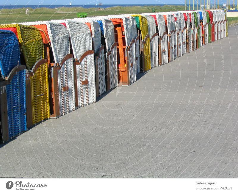 Strandkörbe Strand Küste Europa Reihe diagonal aufsteigen Strandkorb