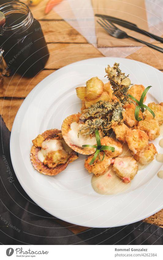 Peruanische kulinarische sautierte Shrimps mit Kräutern und Knoblauch Meeresfrüchte Küchenkräuter Gabel verziert Gesundheit Thymian gegrillt Granele elegant