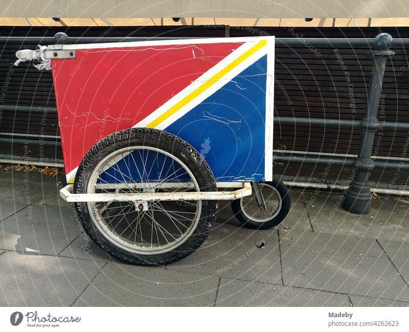 Handkarre mit Speichenrädern und Kühlkoffer in Rot und Blau im Sommer an der Binnenalster in der Hansestadt Hamburg Karre Kühltrohe Rade Speichenrad Transport