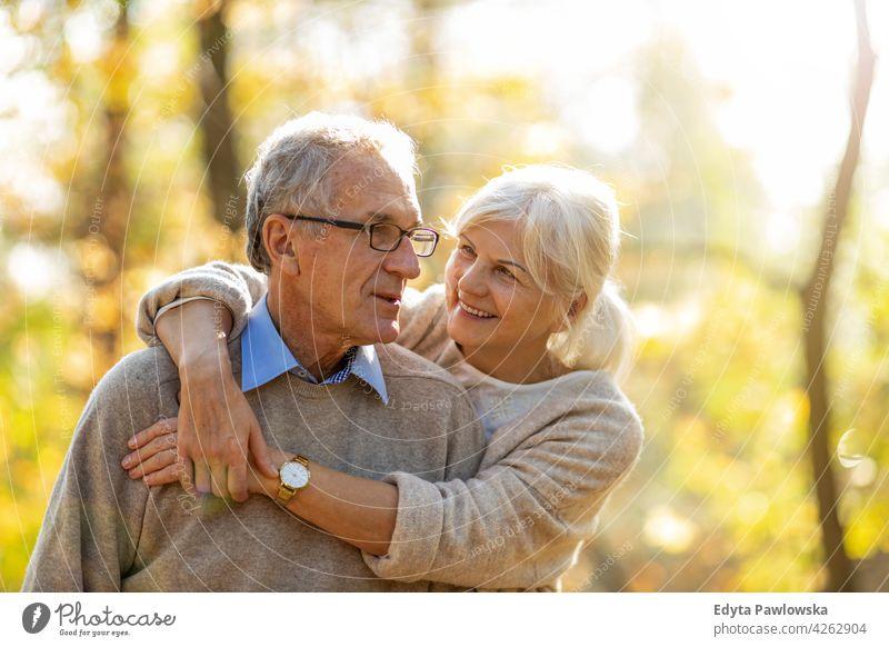 Senior Paar im Herbst Park Familie Frau Liebe Menschen im Freien Porträt Zusammensein Natur zwei schön fallen Bäume gelb reif Senioren Rentnerin Rentnerinnen