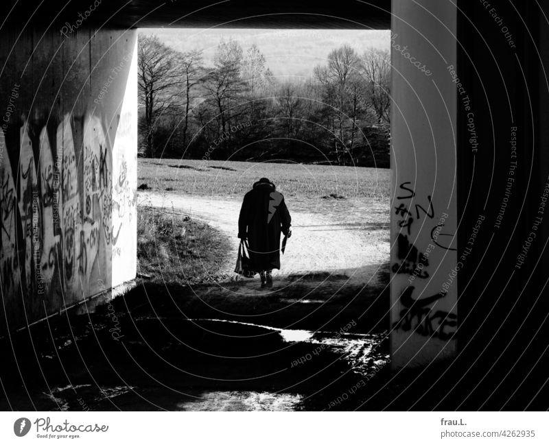 Ahnungen – zurückkehren Fotomontage allein Mensch einsam Einsamkeit Degersen Handtasche gebeugt Mantel Hut gehen Feldweg Frau Dorf Brücke alt Zeitung
