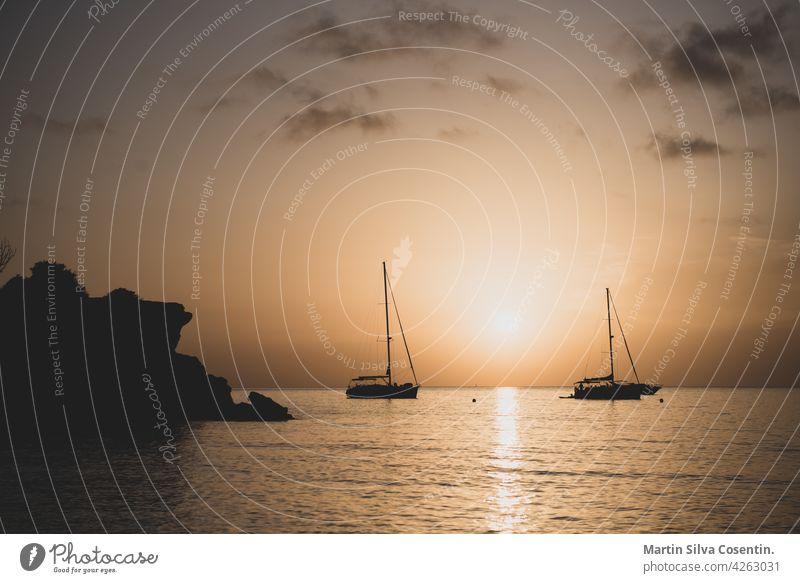 Das Ende des Tages in Cala Saona Strand, Formentera, Spanien Hintergrund balearisch Bucht schön blau Boot Boote cala cala saona Küste Küstenlinie Europa