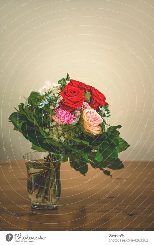 Blumenstrauß in einer Vase Tisch Dekoration & Verzierung Geschenk Muttertag Geburtstag Hochzeitstag Liebe Rosen Danke Blumenvase Vintage