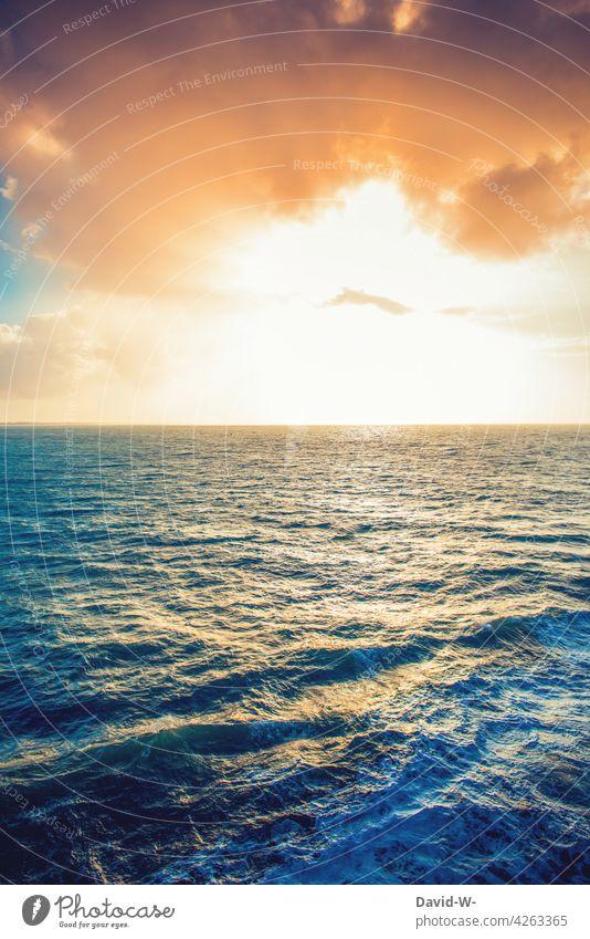 Sonnenuntergang auf dem Meer Sonnenstrahlen Reflexion & Spiegelung Wellen Ozean Wasser Sonnenlicht Himmel leuchten wunderschön Wolken Sonnenaufgang