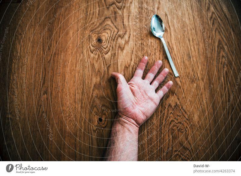 den Löffel abgeben sterben Tod vergiftet Mord Mann Hand Opfer Vergänglichkeit Leiche Tatort Unfall